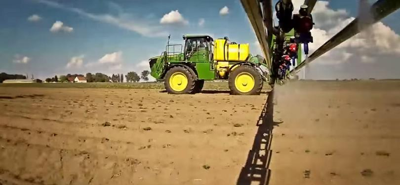 Spread fertilizer on the field with a self-propelled sprayer