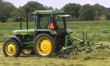 John Deere 2140 Tedding Hay