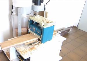Dickenhobelmaschine in Betrieb