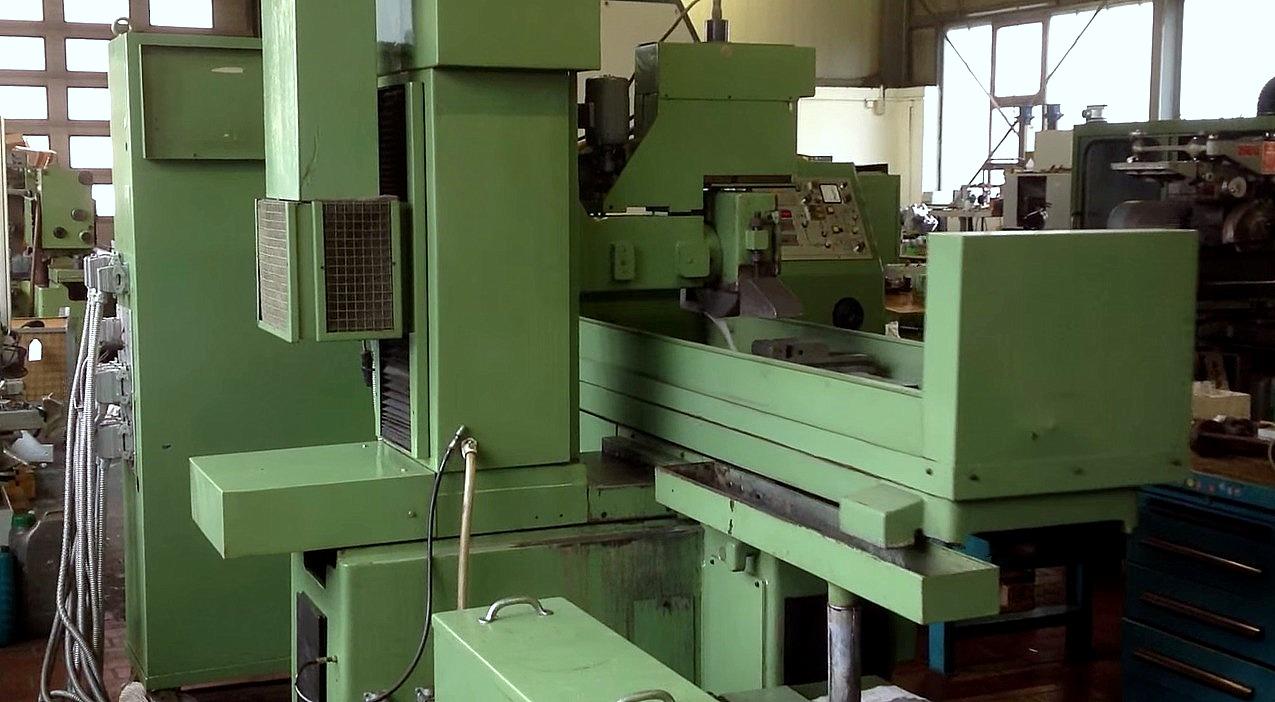 Flachschleifmaschine in Betrieb