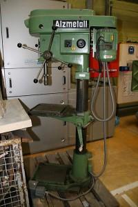 Eine ALZMETALL Ständerbohrmaschine