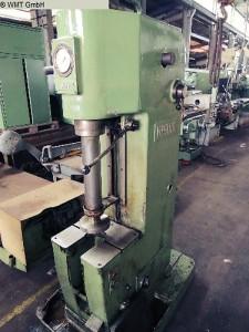 Hydraulik Presse in Werkshalle