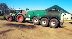 Güllewagen an Traktor