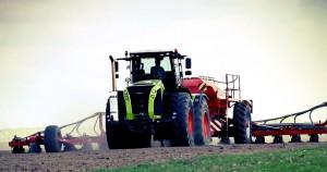 Traktoren bei Feldarbeit