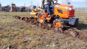 Gartentraktor-Kubota-Pflug